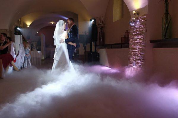 svadobný pár tancuje v dyme