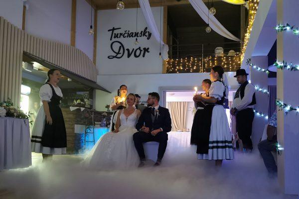 svadobný pár v turčianskom dvore