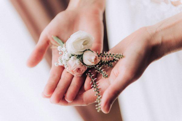 adell decor detail kvetu v rukách nevesty