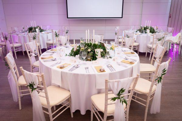 Adell Decor - dekorácie svadobných stoličiek a stola
