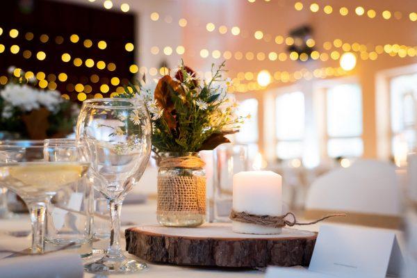 Adell Decor - detail na svadobnú dekoráciu z dreva a sviečky