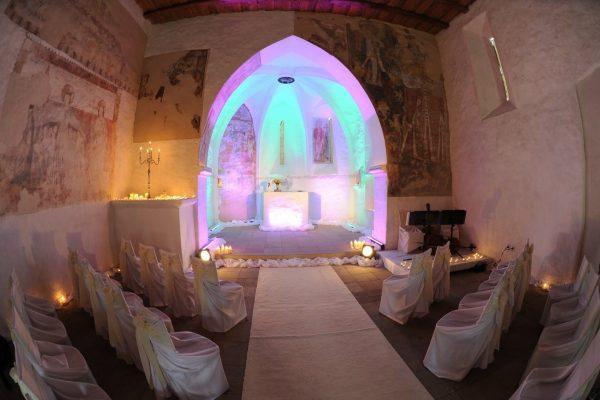 svadobne vyzdobená kaplnka