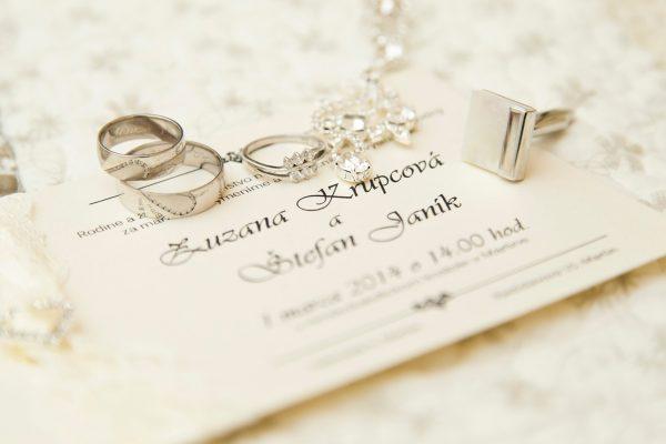 fotografia svadobného oznámenia s prsteňmi