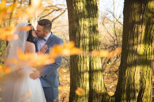 svadobný pár v lese