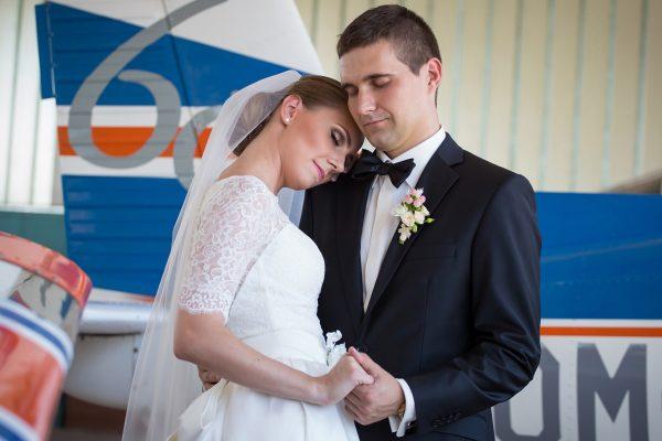 svadobný pár pri lietadle