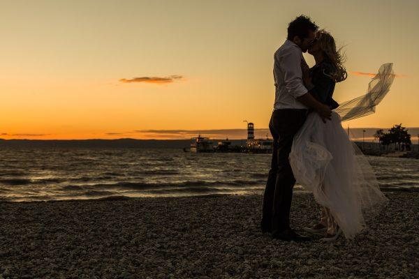 svadobný pár na pláži pri západe slnka