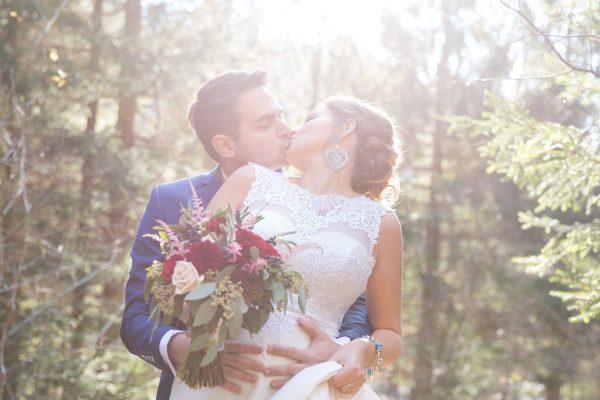 svadobný pár v lese oproti slnku