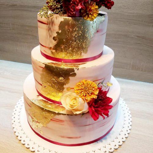 svadobná torta zdobená zlatom