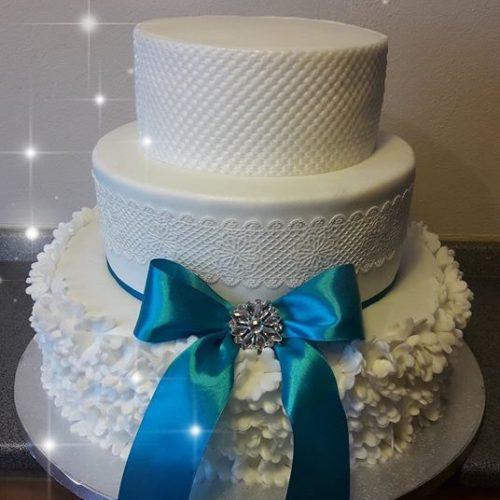 svadobná torta s modrou mašlou