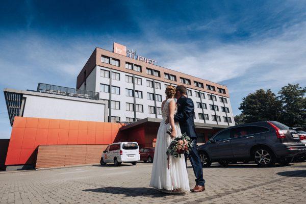 Hotel Turiec**** - Novomanželia za hotelom Turiec
