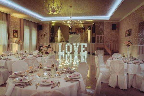 Vyzdobená svadobná sála