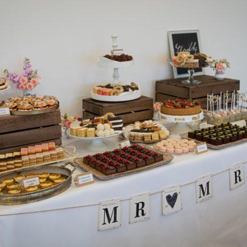 Svadobné koláče Sisters Cake na stole