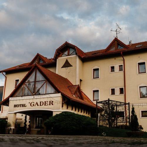 Hotel Gader - Hotel postavený v poli