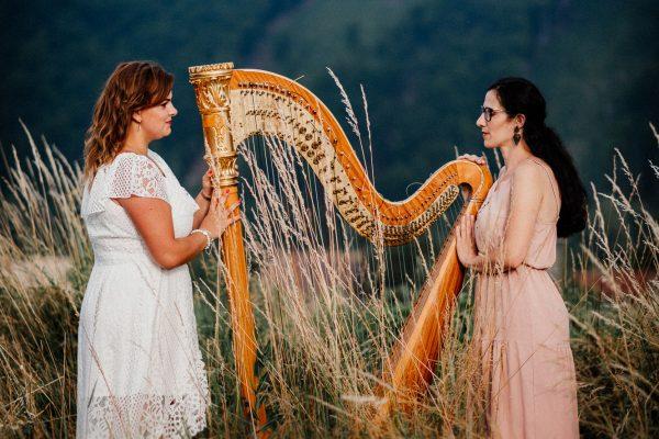 Múzy tvorivé - Umelecké zoskupenie - v poli s harfou tvárami k sebe