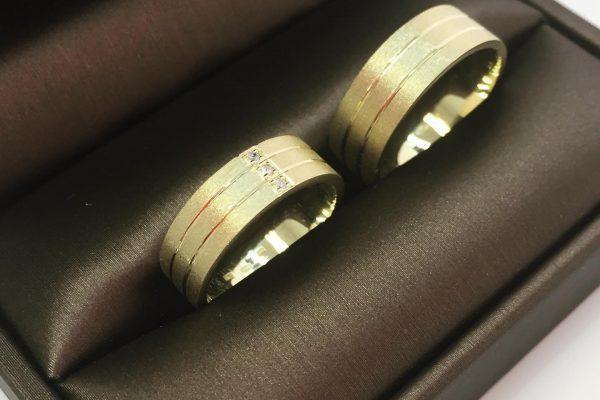 Šperk-Karen - Svadobné obrúčky a šperky na mieru - detail na obrúčky v čiernej krabičke