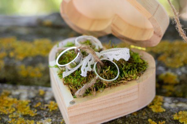Šperk-Karen - Svadobné obrúčky a šperky na mieru - obrúčky v drevenej krabičke v tvare srdca